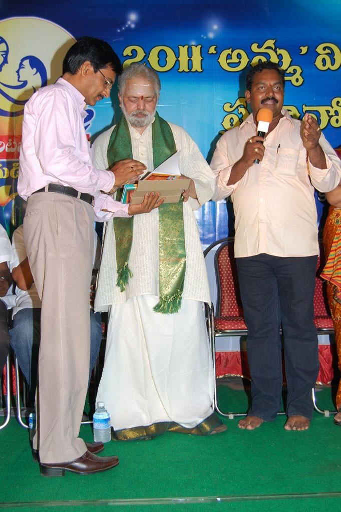 Mulugu Guruji Honored Amma Charitable trust (19)