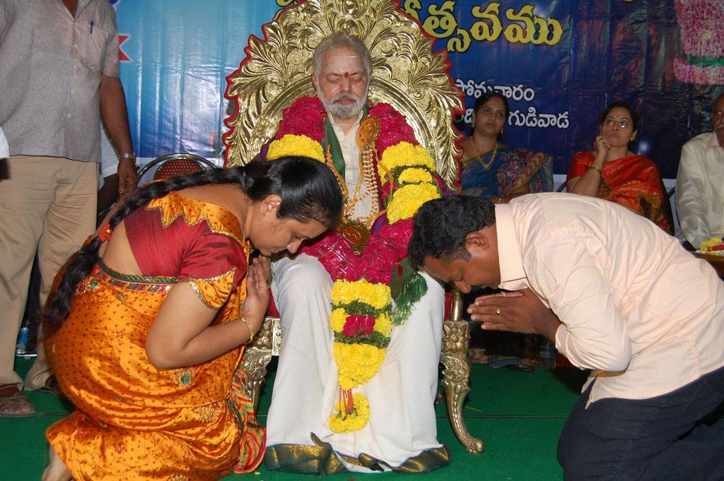 Mulugu Guruji Honored Amma Charitable trust (35)