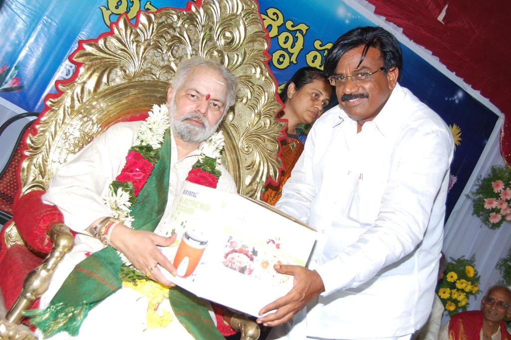 Mulugu Guruji Honored Amma Charitable trust (50)